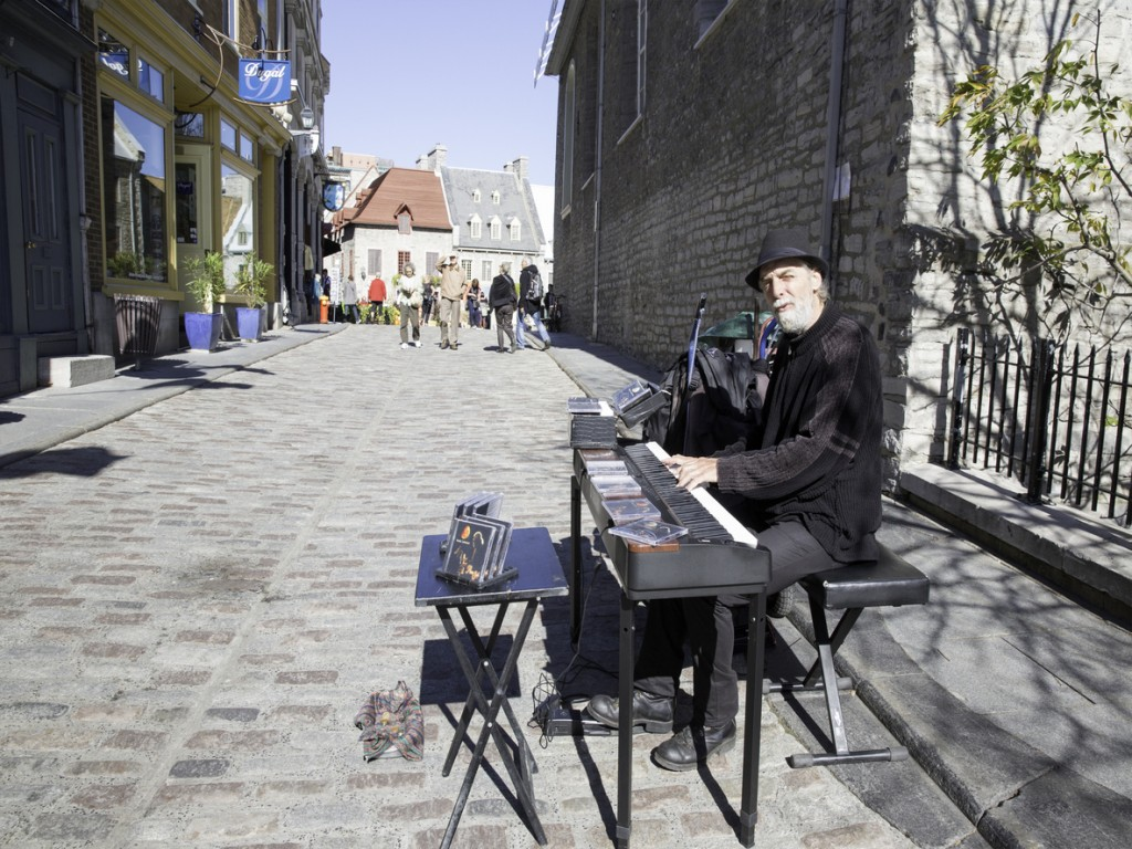 Summer travel to old Quebec city to see street performers